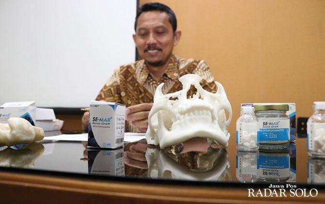 TEROBOSAN: Joko Triyanto menunjukkan bone filler yang berguna untuk memperbaiki tulan rusak.