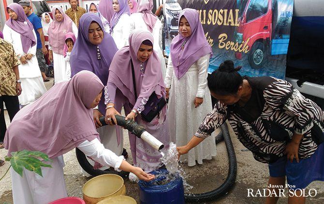PEDULI: Bantuan air bersih oleh komunitas otomotif di Dusun Grenjeng, Desa Trosobo, Kecamatan Sambi.