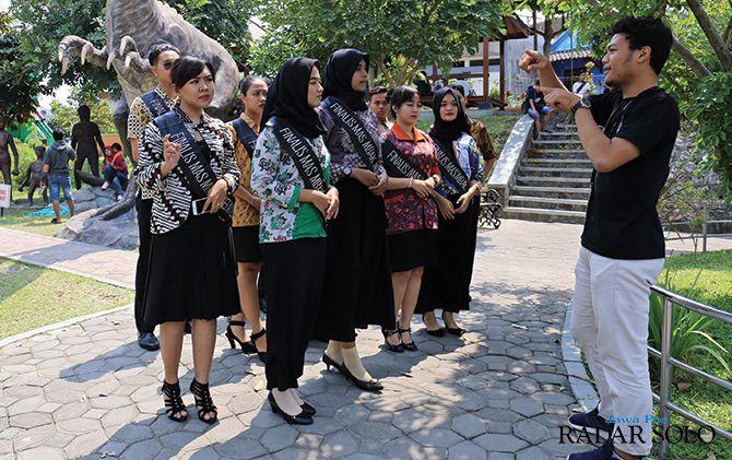 INTERAKSI: Peserta Mas-Mbak Jebres 2019 dibawa ke taman cerdas untuk mengedukasi masyarakat.