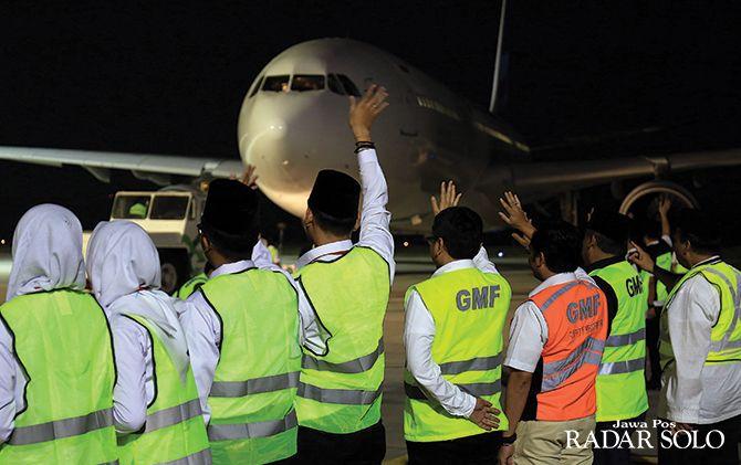 BERAT: Pesawat rute Solo-Jeddah, Arab Saudi di Bandara Adi Soemarmo, belum lama ini. AMPHURI menilai syarat visa umrah dari pemerintah Arab Saudi memberatkan.