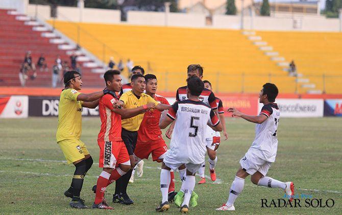 Para pemain Persis Solo dan Madura FC bersitegang dalam laga lanjutan Liga 2 di Madiun, kemarin