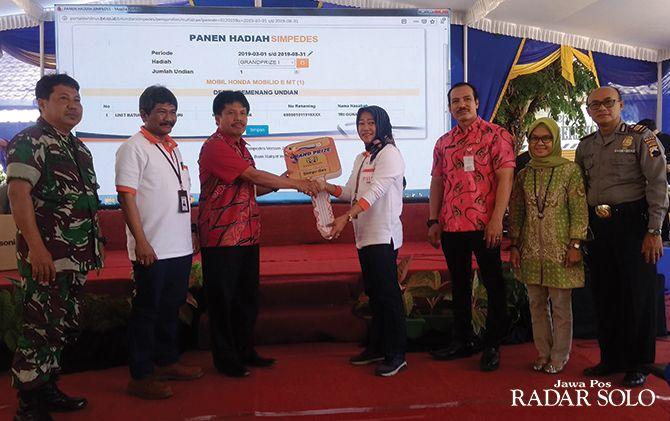 Camat Selogiri Sigit Purwanto serahkan hadiah utama kepada Asisten Manager BRI Cabang Wonogiri Ratih Sri Suninggar
