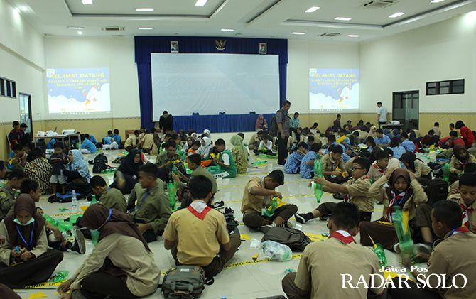 Ratusan pelajar SMP, SMA/SMK regional Surakarta rakit roket air kemarin