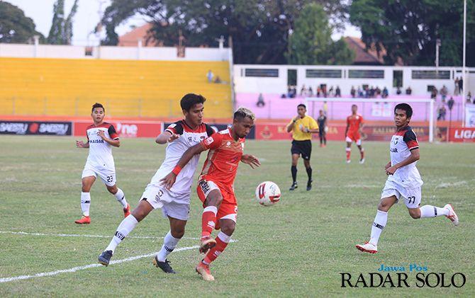 Ugiex Sugiyanto (jersey merah) belum bisa banyak mencetak gol bersama Persis Solo