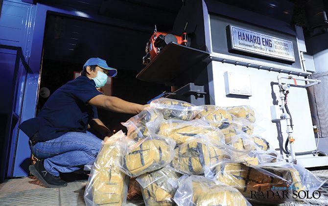 Pemusnahan 50 kg ganja kering oleh BNP Jateng dan BNK Surakarta di depan balai kota, Senin (23/9) malam