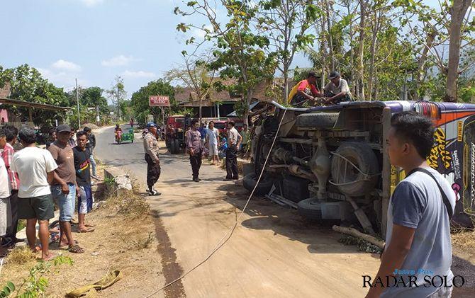 Proses evakuasi bus rombongan wisatawan SDN Srawung 1 Gesi yang terguling di Jogorogo, Ngawi