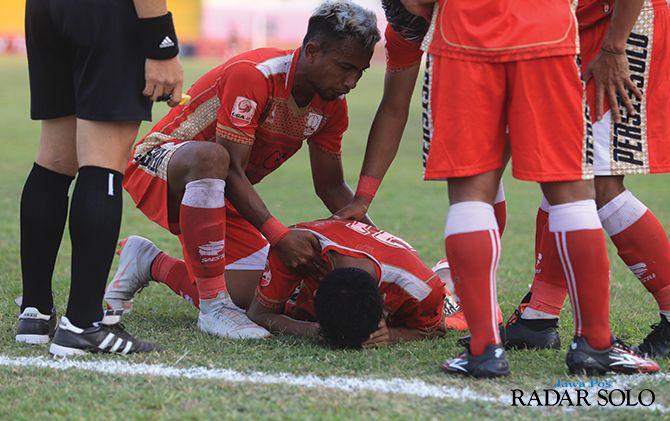 Winger Persis Solo Nanang Asripin menangis usai mencetak gol ke gawang Persatu Tuban