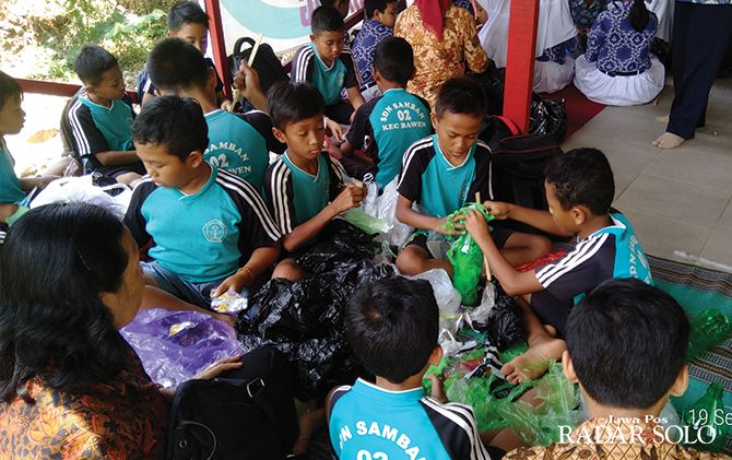 ANTUSIAS: Pelatihan ecobricks yang digelar Amatil Indonesia.