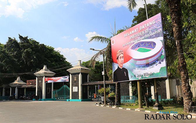 Baliho selamat datang Presiden Jokowi sudah dipasang di depan gerbang Stadion Manahan