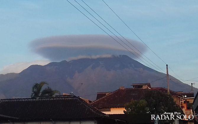 Awan berbentuk unik memayungi puncak Merapi-Merbabu