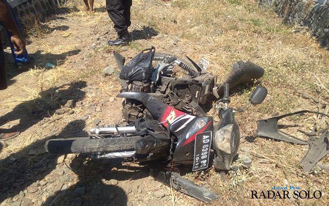 Sepeda motor yang dikendarai korban tewas kecelakaan dengan KA Solo Ekspres dalam kondisi rusak parah