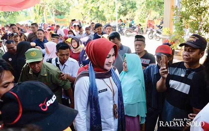 MONITORING: Bupati Klaten Sri Mulyani membaur dengan warga yang hendak memberikan hak suara dalam pilkades di TPS Desa Cawan, Kecamatan Jatinom, kemarin (9/10).