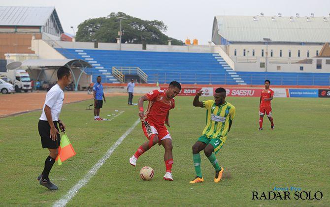 PSBS Biak (jersey kuning) menyerah 0-3 dari Persis Solo di Stadion Wilis Madiun, kemarin