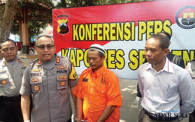 TERTUNDUK LESU: Kapolres Sragen AKBP Yimmy Kurniawan (dua dari kiri) tunjukkan tersangka kasus kebakaran pabrik.
