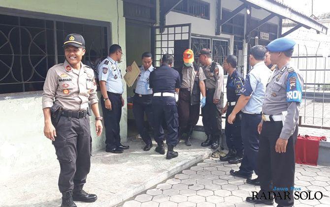 MENGGEMPARKAN: Tim Inafis Polres Sragen mengevakuasi jasad narapidana Umar Yatin yang tewas gantung diri di sel Lapas Kelas 2A Sragen, kemarin.