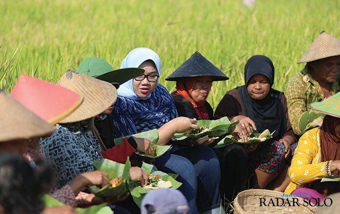 MAKAN BARENG: Bupati Kusdinar Untung Yuni Sukowati saat menemui petani beberapa waktu lalu.