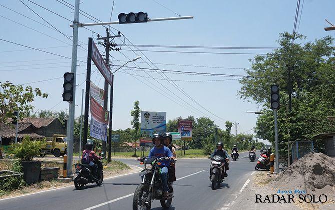LALU LINTAS PADAT: Penggendara melintasi simpang empat Desa Nglinggi, Kecamatan Klaten Selatan yang sudah dipasang APILL oleh Dishub Klaten, kemarin (11/10).