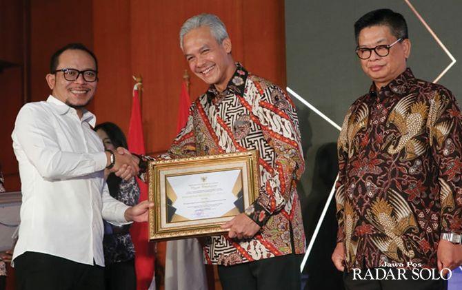 PANEN PRESTASI: Gubernur Ganjar Pranowo menerima penghargaan dari Menaker Hanif Dhakiri, Senin (14/10).