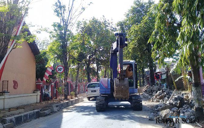 PENGERUKAN: Perbaikan drainase di depan Gelora Merdeka, Jombor, Sukoharjo.