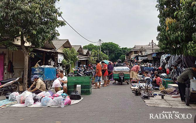 BARANG BEKAS: Pedagang oprokan berakfitivas di Pasar Klitikan Notoharjo