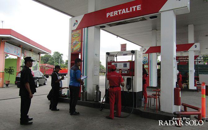 LAYANI PEMBELI: Penjualan SPBU Nglangon milik Perusda Kabupaten Sragen lesu seiring perbaikan jalan ring road utara.