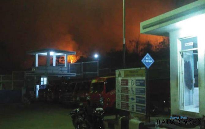 Kobaran api yang membakar hutan Gunung Pegat terlihat jelas dari SPBE