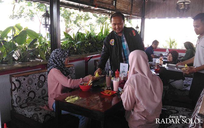 SEDERHANA: Pembagian tumpeng kepada pengunjung rumah makan di Boyolali dalam rangka syukuran pelantikan presiden, kemarin (20/10).