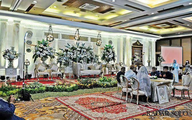 NUANSA INDOOR: Prosesi akad nikah di balroom Lorin Solo Hotel.