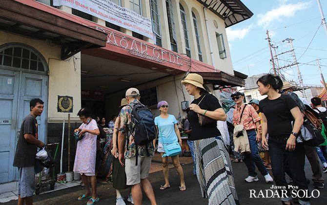 ROMBONGAN: Wisatawan mancanegara kunjungi Pasar Gede, beberapa waktu lalu.