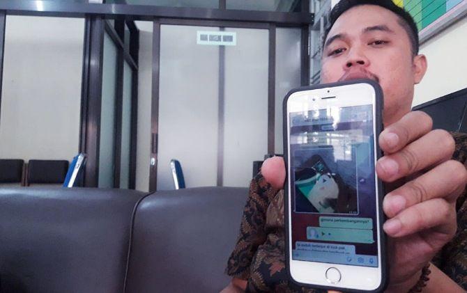 Guru BK SMAN 1 Karanganyar menunjukkan percakapan melalui aplikasi chatting dengan pelaku
