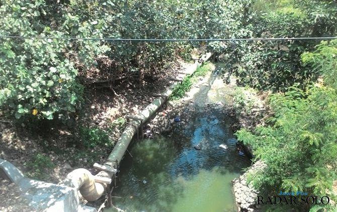 Pipa yang diduga saluran limbah di sekitar Jembatan Nguter perbatasan antara Wonogiri dan Sukoharjo