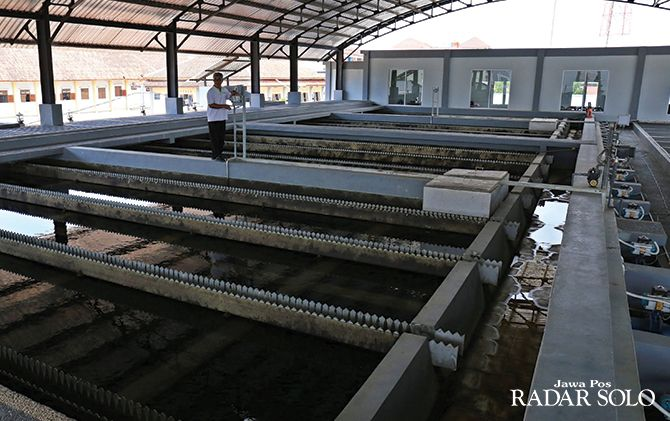 TERGANGGU: Operasional instalasi pengolahan air Semanggidihentikan sementara karena pencemaran air Sungai Bengawan Solo kian parah.
