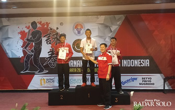 MEMBANGGAKAN: Muhammad Sheehan Yudhistira (podium tertinggi) sukses meraih emas di turnamen wing chun di Jakarta.