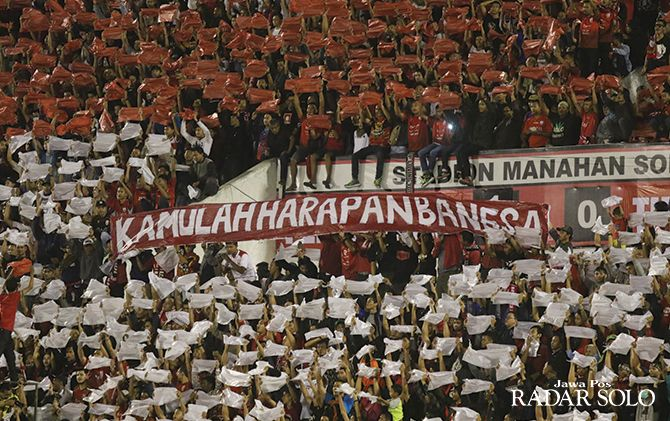 FANATISME: Pasoepati saat mendukung Timnas bertanding di Stadion Manahan, beberapa tahun lalu.