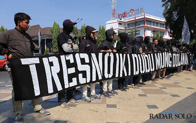 KRITIKAN: Suporter Persis Solo sempat melakukan aksi di depan Balai Kota Surakarta (26/7). Aksi ini dilakukan mengkritik kinerja manajemen Persis.