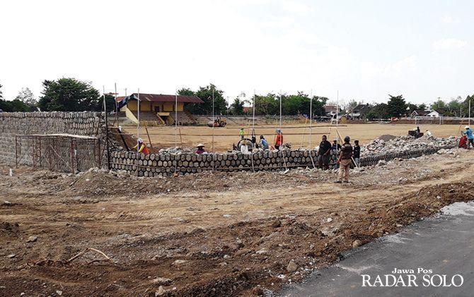 TAHAP PERTAMA: Renovasi Stadion Angkatan 45 Karanganyar terus dikebut.