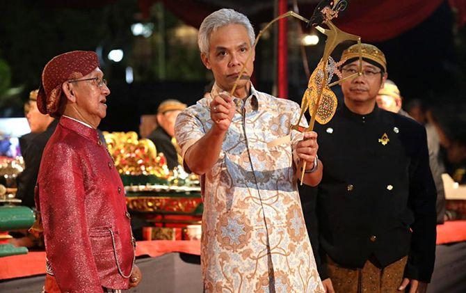 Gubernur Ganjar Pranowo memegang tokoh wayang saat menghadiri Hari Wayang Nasional 2019 di RRI Semarang, Rabu (6/11).