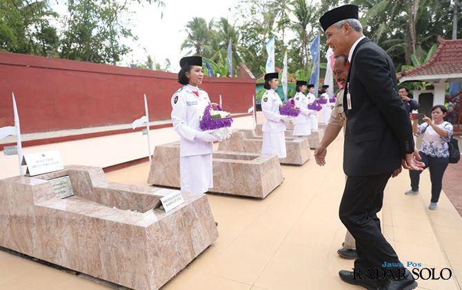INSPIRATIF: Gubernur Jawa Tengah Ganjar Pranowo mengunjungi makam pahlawan di Desa Wareng, Keca. Butuh Purworejo.