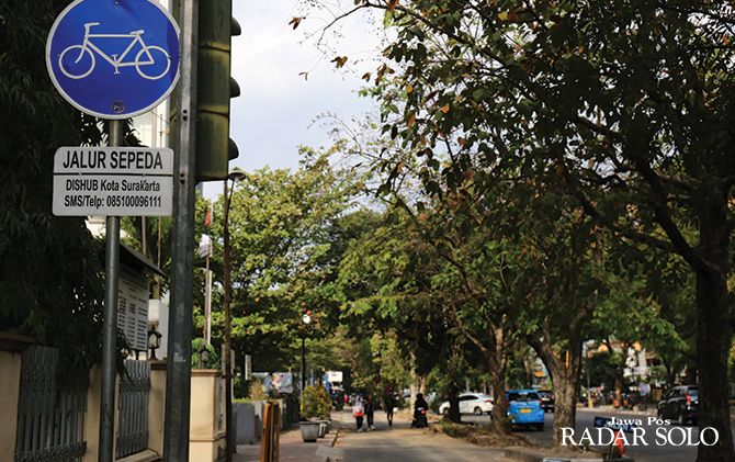 JALUR KHUSUS: Rambu di jalur sepeda yang sudah terpasang jelas di Jalan Slamet Riyadi.