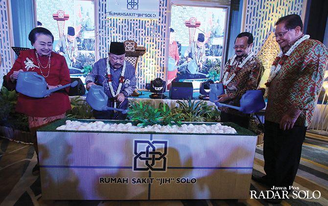 SIMBOLIS: Dari kiri, Suhardani Bustanil Arifin, DR. Ir. Beddu Amang MA., Wakil Wali Kota Surakarta Achmad Purnomo, dan Mustafa Abubakar di sela launching RS JIH Solo, Sabtu (9/11).