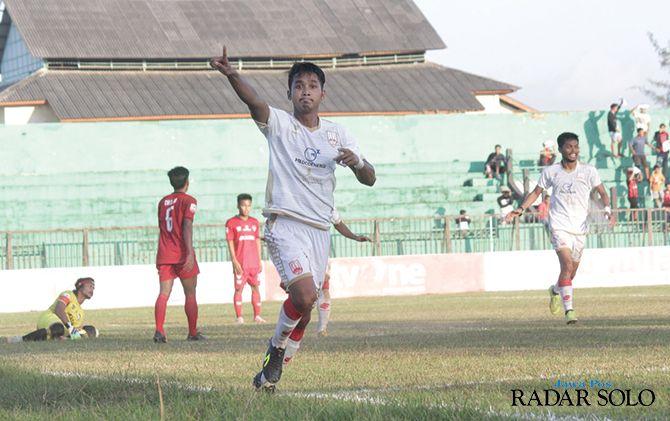 Striker Persis Solo asal Karanganyar, M Isa melakukan selebrasi usai mencetak gol di kompetisi Liga 2 2019