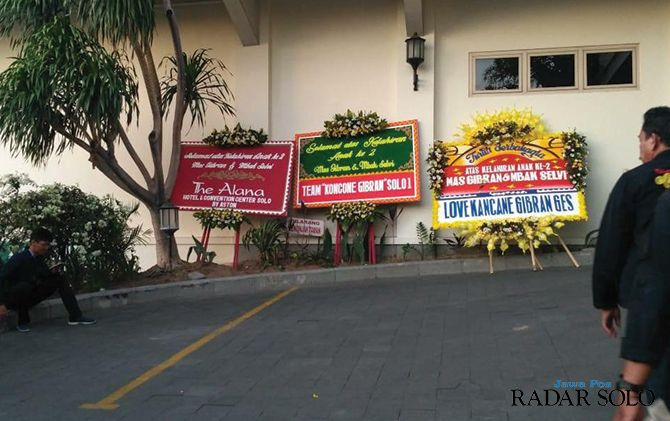 Karangan bunga bertuliskan ucapan selamat kepada Gibran-Selvi dipasang di depan RS PKU Muhammadiyah Solo
