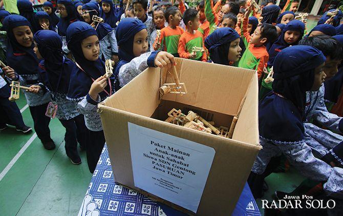 SATU RASA: Murid SD Muhammadiyah 1 Ketelan mengirimkan mainan tradisional othok-othok ke SDN Gentong, Pasuruan, Jatim.