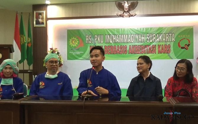 Gibran menggelar jumpa pers bersama sang ibu Iriana Jokowi, dr Soffin Arfian SpOG, dan tim medis lain
