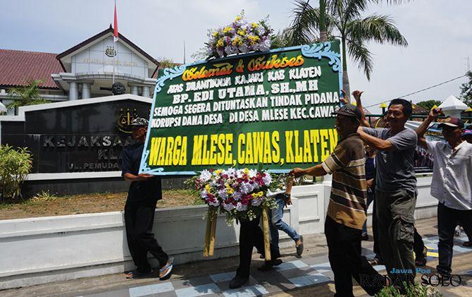 Warga Desa Mlese, Cawas membawa karangan bunga ke Kejari Klaten, kemarin (14/11)