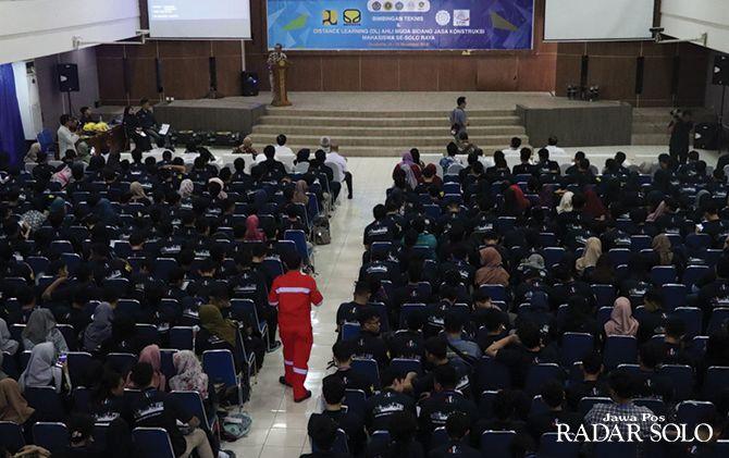BERI ARAHAN: Bimbingan teknis dan distance learning ahli muda bidang jasa konstruksi mahasiswa se-eks Karesidenan Surakarta di UNS.