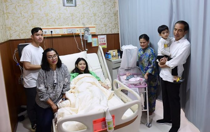 Gibran bersama istri, Jan Ethes, La Lembah Manah, Jokowi, Iriana Jokowi, dan ibunda Selvi di RS PKU Muhammadiyah Solo