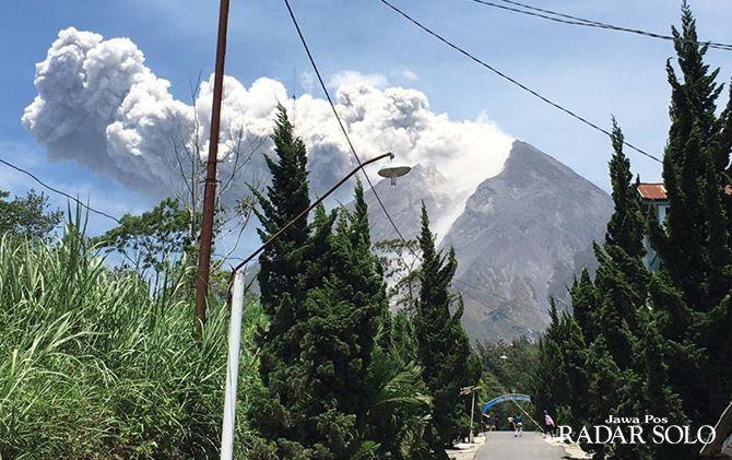 WASPADA: Gunung Merapi saat meletus terlihat dari Desa Sidorejo, Kecamatan Kemalang, Klaten, Minggu (17/11).
