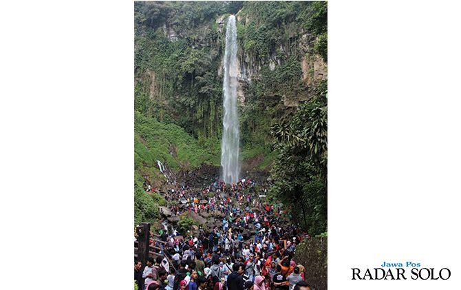 PADAT MERAYAP: Kunjungan wisatawan di Grojogan Sewu, Tawangmangu saat libur Lebaran beberapa waktu lalu.