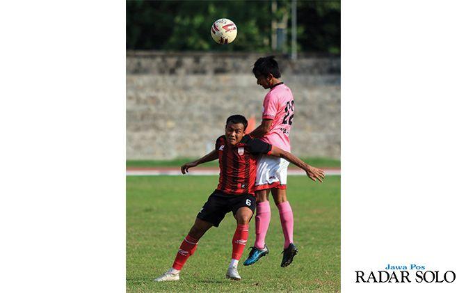 Gelandang Persis Solo Slamet Budiono (jersey merah) berebut bola dengan pemain PS Unsa Asmi di Stadion Sriwedari (26/11).